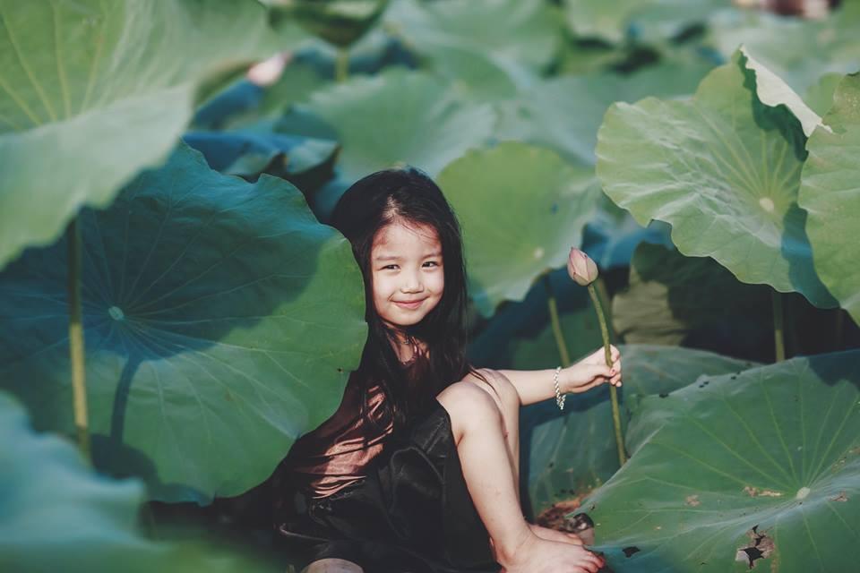 Giữa cơn bão tranh cãi về trào lưu chụp ảnh ở hồ sen, bộ ảnh em bé với hoa sen trong trẻo khiến các mẹ mê mẩn - Hình 17