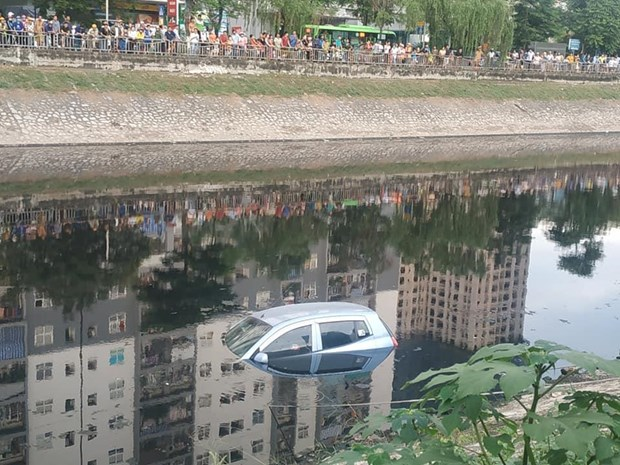 Hà Nội: Ôtô bốn chỗ bất ngờ lao xuống sông Tô Lịch - Hình 1