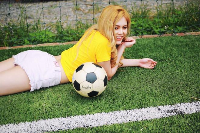 Hot girl World Cup: Kẻ bị đồn có clip nhạy cảm, người tự so với Chi Pu - Hình 12