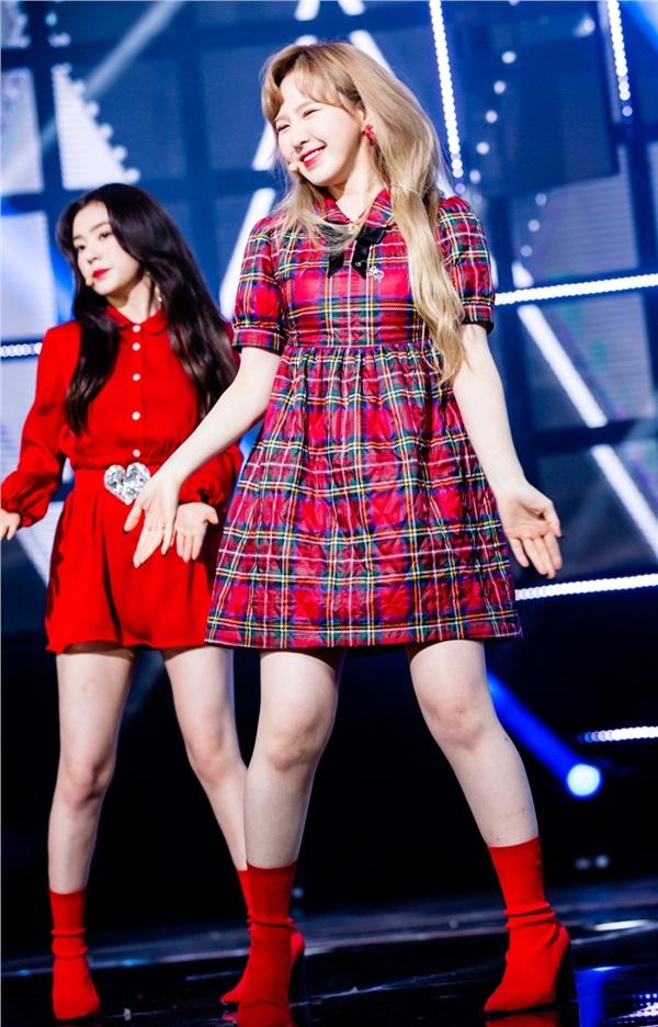 Mang tiếng nhóm nữ hàng đầu, Red Velvet vẫn thua kém TWICE và Black Pink vì diện đồ không xấu cũng hở - Hình 18