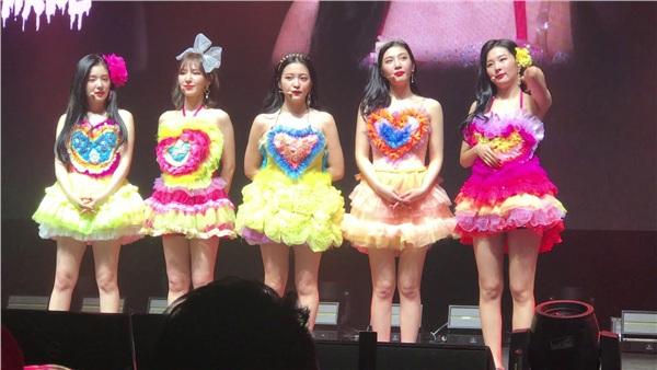 Mang tiếng nhóm nữ hàng đầu, Red Velvet vẫn thua kém TWICE và Black Pink vì diện đồ không xấu cũng hở - Hình 9