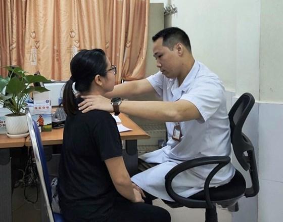 Nhiễm trùng loét cổ vì hơ nhang, đắp lá chữa bệnh basedow - Hình 1