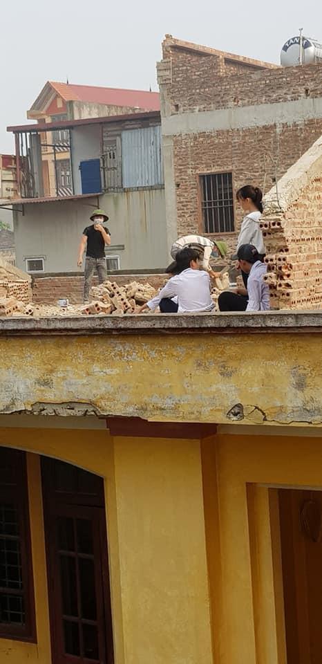 Phạt 10 học sinh trèo lên mái nhà đẽo gạch giữa trời nắng, hiệu trưởng nói gì? - Hình 2
