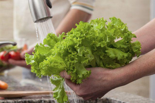 Sai lầm khi rửa rau sống nhiều người mắc - Hình 1
