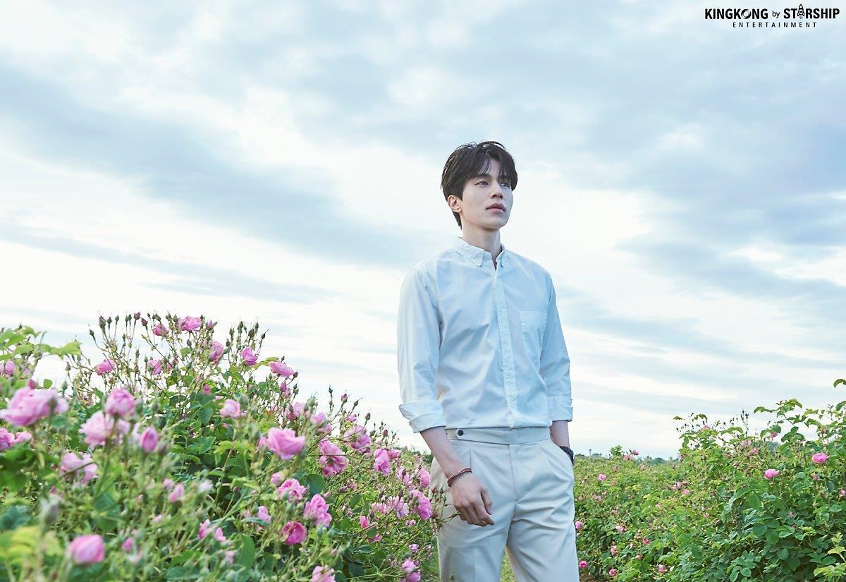 Thần chết Lee Dong Wook và bộ ảnh bên cánh đồng hoa, nam thần đẹp hơn hoa là có thật - Hình 3