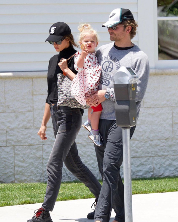 Bradley Cooper một mình bế con đi chơi sau chia tay Irina - Hình 5