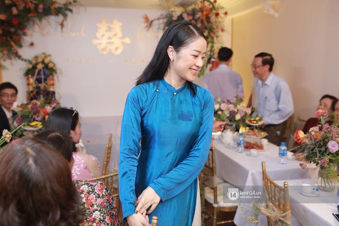 Chồng sắp cưới bật khóc, dành nụ hôn tình cảm cho MC Phí Linh trong đám hỏi - Hình 8