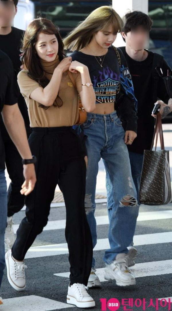 Lisa (Blackpink) gây sốc khi khoe vòng eo chỉ bé bằng túi cầm tay của Jisoo - Hình 2