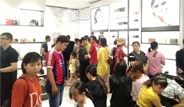 Trẻ nhỏ nằm lăn lóc chờ bố mẹ mua hàng Charles & Keith giảm giá 50% ở Sài Gòn - Hình 2
