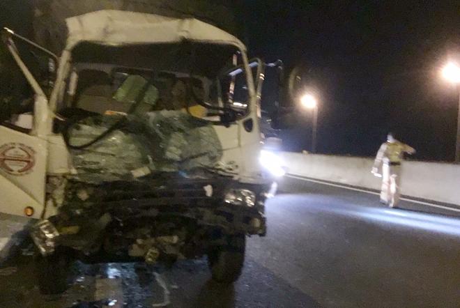 Xe tải tông đuôi xe container trên cao tốc TPHCM - Trung lương, một tài xế nguy kịch - Hình 1