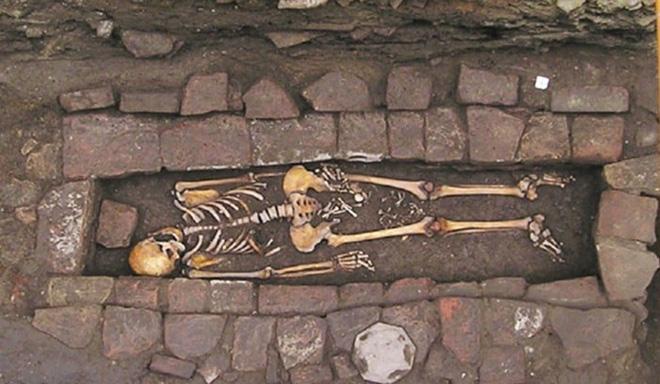 Bí ẩn: Người phụ nữ sinh con trong quan tài sau khi đã chết - Hình 1