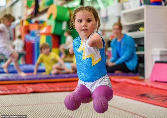Kinh ngạc xem bé gái 5 tuổi mất tứ chi nhào lộn như siêu sao - Hình 3
