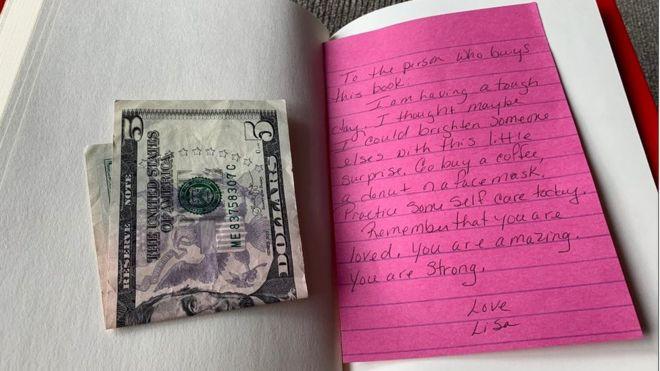 Nhận được 5 đô cùng tờ giấy nhắn kẹp trong sách từ một người lạ, cuộc sống của cô gái trẻ thay đổi hoàn toàn nhờ thông điệp ý nghĩa bên trong - Hình 1