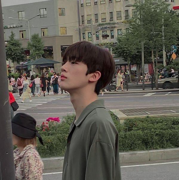 Produce X 101: Trước khi tập 7 lên sóng tối nay, Kim Yo Han xuất hiện đẹp như hoa trên phố - Hình 18