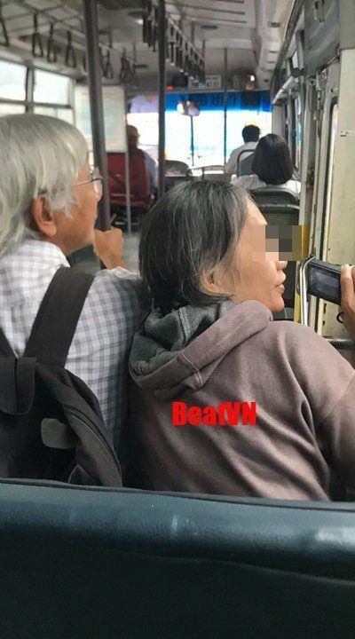Cụ ông thủ thỉ bên tai cụ bà trên xe buýt còn sức khỏe tôi không ngại làm bất cứ việc gì cho bà vừa lòng khiến CĐM xuýt xoa - Hình 1