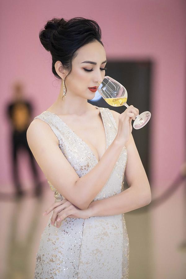 Ngọc Diễm mặc váy xẻ ngực sâu làm MC ở Hà Nội - Hình 4