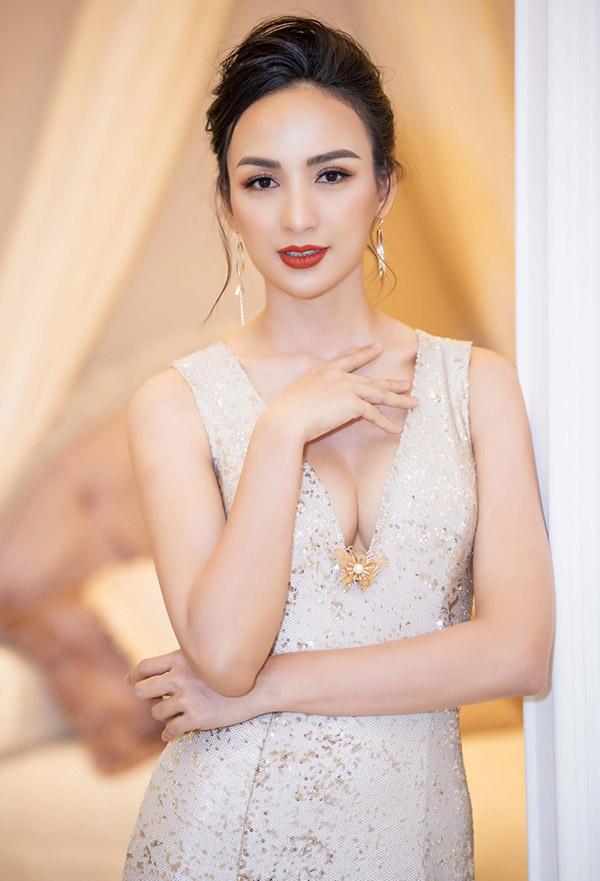 Ngọc Diễm mặc váy xẻ ngực sâu làm MC ở Hà Nội - Hình 3