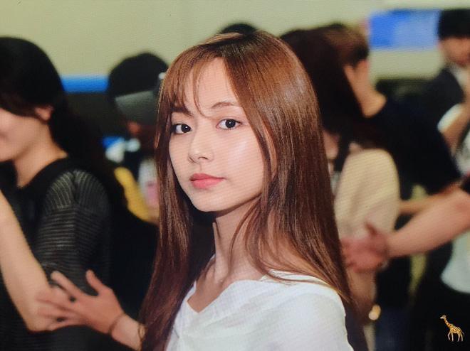 Rần rần loạt ảnh nữ thần thế hệ mới Tzuyu (TWICE) bỗng hóa phiên bản nữ của mỹ nam BTS này chỉ vì cắt tóc mái - Hình 2