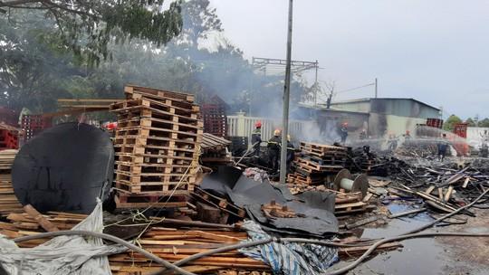 Cháy lớn suốt 3 giờ tại xưởng pallet nghi do bị đốt - Hình 4