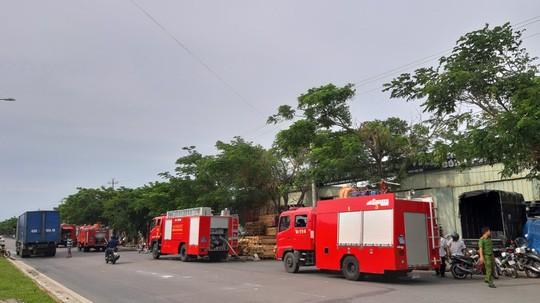 Cháy lớn suốt 3 giờ tại xưởng pallet nghi do bị đốt - Hình 1