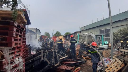 Cháy lớn suốt 3 giờ tại xưởng pallet nghi do bị đốt - Hình 2