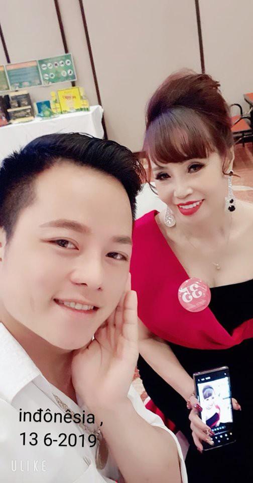 Cô dâu 62 tuổi được chồng trẻ tháp tùng tham dự cuộc thi hoa hậu ở Indonesia gây xôn xao - Hình 6