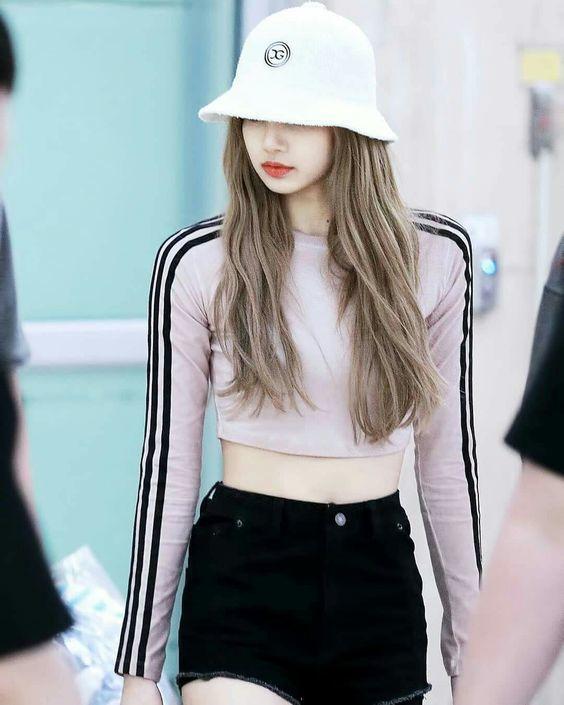 Đã xinh đẹp, Lisa còn xứng danh nữ idol sở hữu street style ngầu như fashionista - Hình 11