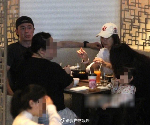 Lần đầu tiên hình ảnh 3 người nhà Lâm Tâm Như được tiết lộ, cô con gái nhỏ gây sốt vì cử chỉ đáng yêu - Hình 2