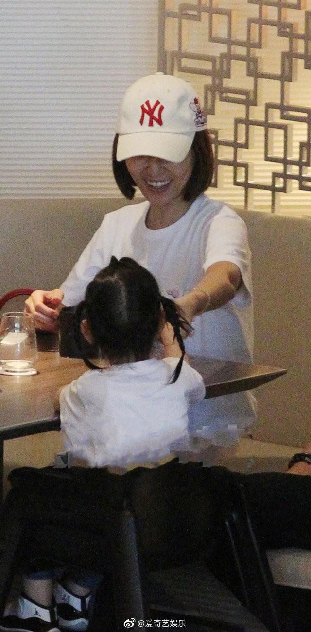 Lần đầu tiên hình ảnh 3 người nhà Lâm Tâm Như được tiết lộ, cô con gái nhỏ gây sốt vì cử chỉ đáng yêu - Hình 3