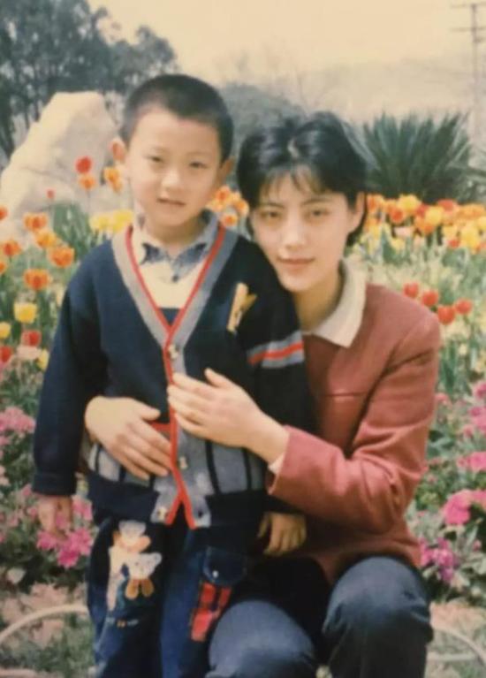 Mẹ Hoàng Tử Thao hot mạng xã hội vì quá trẻ - Hình 4