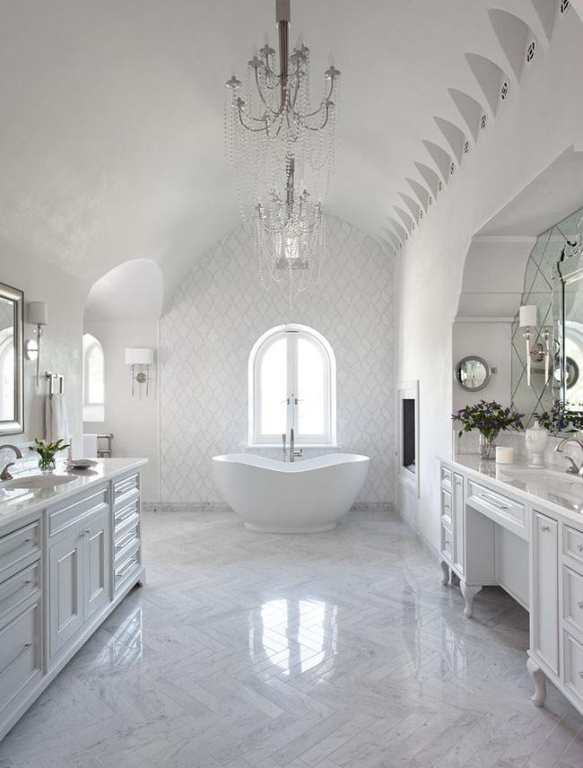 Nâng tầm vẻ đẹp của phòng tắm gia đình với thiết kế đèn chùm rực rỡ - Hình 2