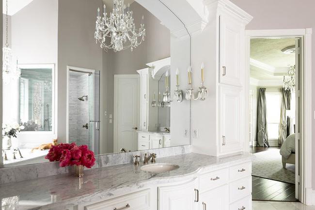 Nâng tầm vẻ đẹp của phòng tắm gia đình với thiết kế đèn chùm rực rỡ - Hình 12