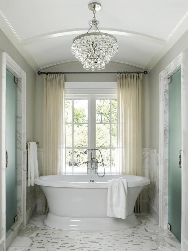 Nâng tầm vẻ đẹp của phòng tắm gia đình với thiết kế đèn chùm rực rỡ - Hình 13