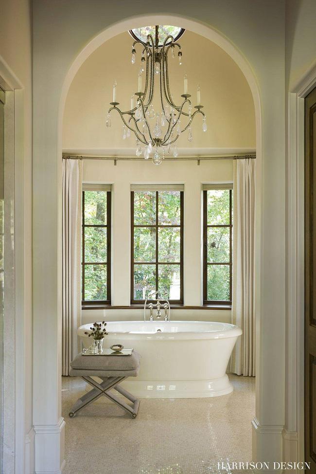 Nâng tầm vẻ đẹp của phòng tắm gia đình với thiết kế đèn chùm rực rỡ - Hình 8