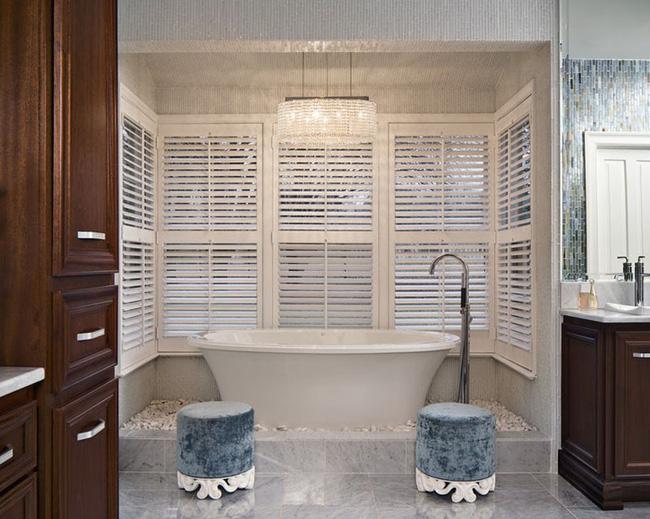 Nâng tầm vẻ đẹp của phòng tắm gia đình với thiết kế đèn chùm rực rỡ - Hình 18