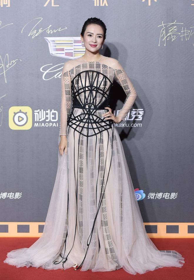 Thảm đỏ Weibo: Kim Kardarshian Trung Quốc o ép vòng 1 bức thở bên Thư Kỳ, Dương Siêu Việt khoe nhan sắc không tì vết - Hình 2