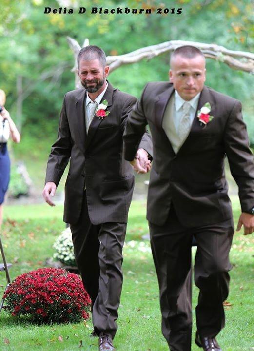 Xúc động hình ảnh bố đẻ - bố dượng cùng dắt tay con gái bước vào lễ đường - Hình 1