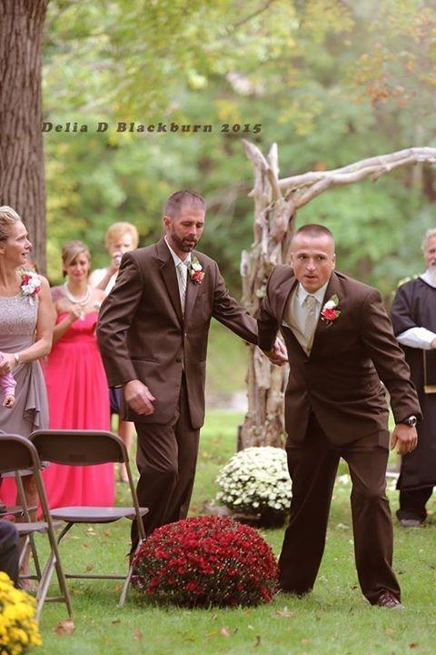 Xúc động hình ảnh bố đẻ - bố dượng cùng dắt tay con gái bước vào lễ đường - Hình 2