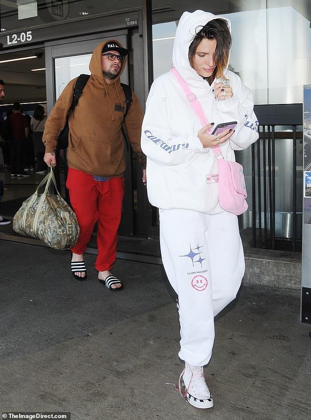 Bella Thorne xuất hiện ở sân bay sau khi bị dọa tung ảnh nuy - Hình 2