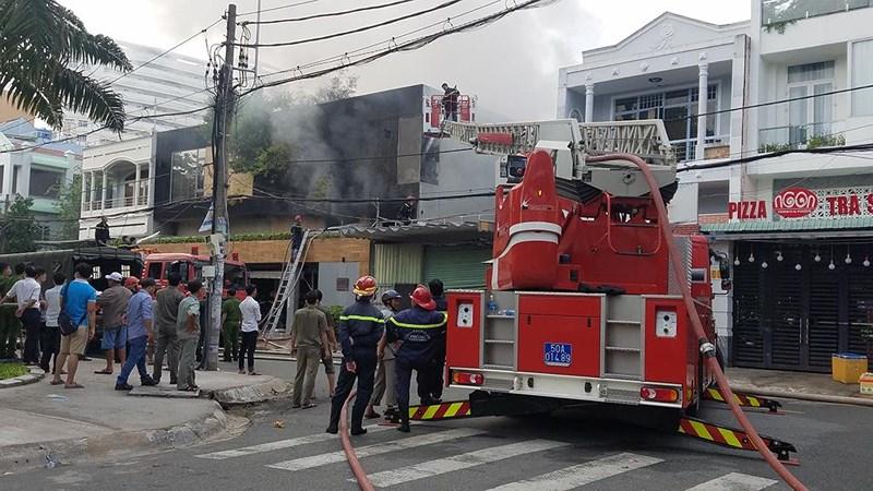 Cháy công ty ở Bình Tân, bà bồng cháu leo lan can thoát nạn - Hình 3