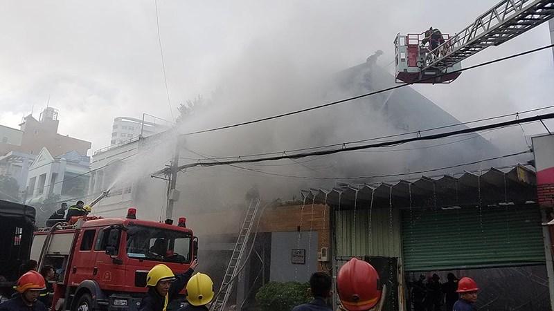 Cháy công ty ở Bình Tân, bà bồng cháu leo lan can thoát nạn - Hình 2