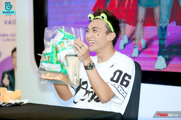 Chú ếch Soobin Hoàng Sơn cười tít mắt khi nhận túi snack siêu to khổng lồ từ fan, mồ hôi lã chã vẫn hết mình trong buổi ký tặng - Hình 14