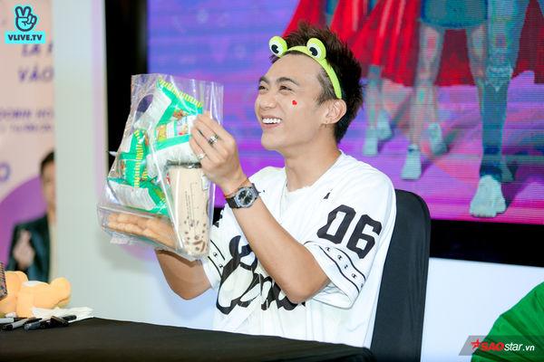 Chú ếch Soobin Hoàng Sơn cười tít mắt khi nhận túi snack siêu to khổng lồ từ fan, mồ hôi lã chã vẫn hết mình trong buổi ký tặng - Hình 34