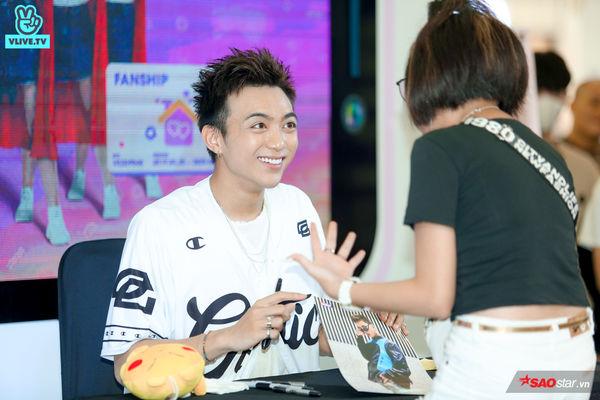 Chú ếch Soobin Hoàng Sơn cười tít mắt khi nhận túi snack siêu to khổng lồ từ fan, mồ hôi lã chã vẫn hết mình trong buổi ký tặng - Hình 28