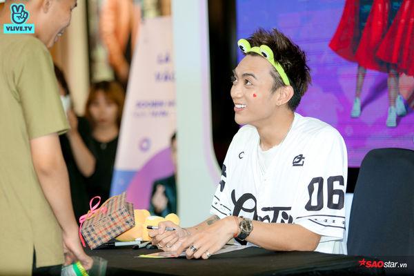 Chú ếch Soobin Hoàng Sơn cười tít mắt khi nhận túi snack siêu to khổng lồ từ fan, mồ hôi lã chã vẫn hết mình trong buổi ký tặng - Hình 31