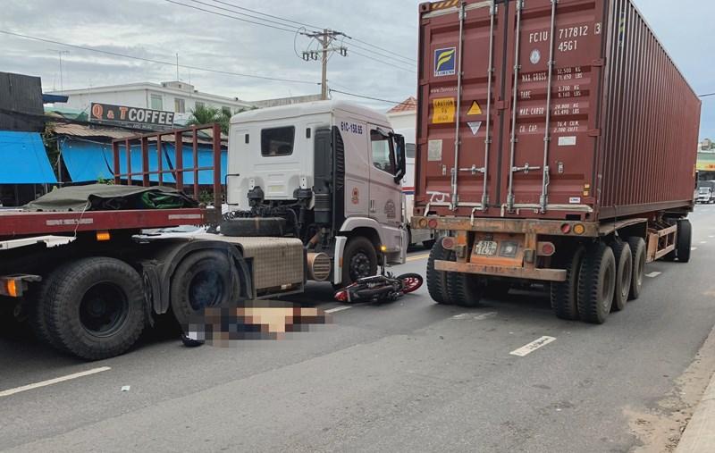 Container cán chết hai người đi xe máy tại Bình Dương - Hình 3