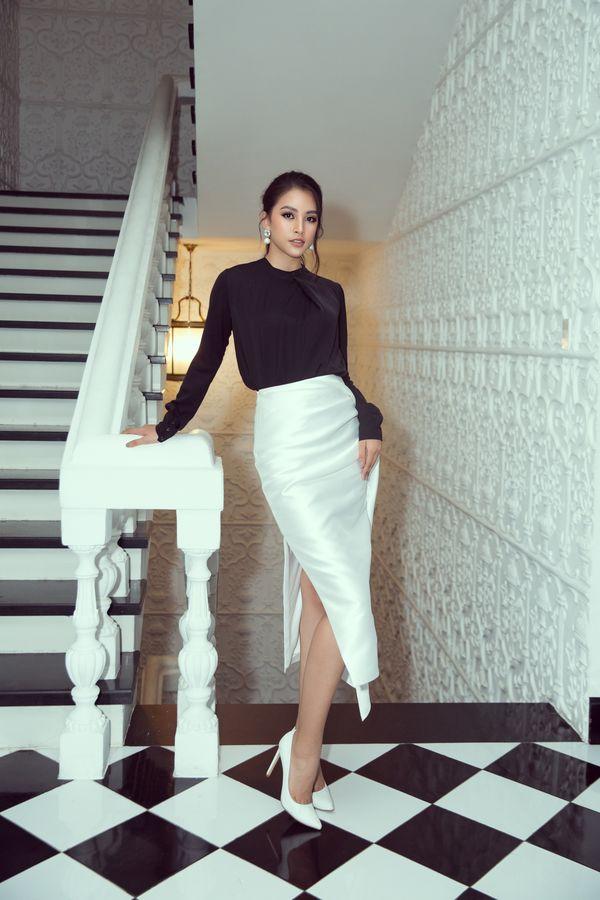 Hoa hậu Tiểu Vy tiếp tục bỏ bùa khán giả chỉ với bộ đôi đen, trắng quen thuộc - Hình 1