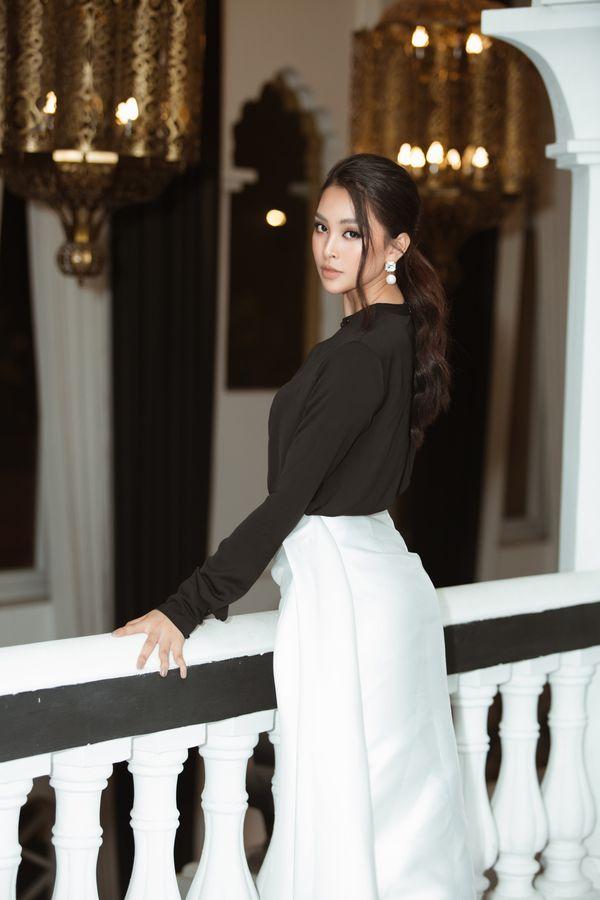Hoa hậu Tiểu Vy tiếp tục bỏ bùa khán giả chỉ với bộ đôi đen, trắng quen thuộc - Hình 6