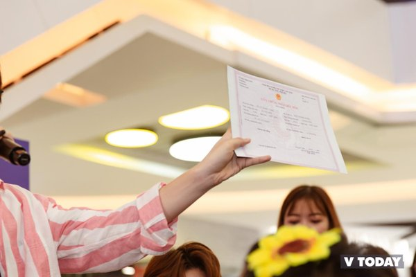 Kết hôn với idol dễ không ngờ: Mang giấy Đăng ký kết hôn và 'nhẫn cưới' đến yêu cầu idol ký, fanboy của Uni5 trở thành huyền thoại - Hình 1