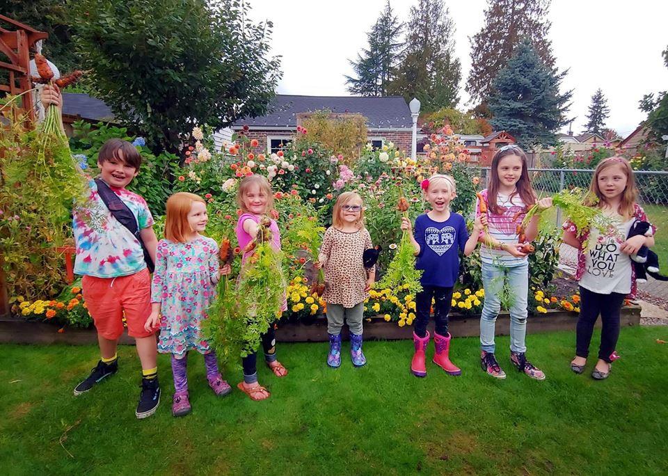 Khu vườn quá đỗi thơ mộng với hoa và rau quả của người mẹ đơn thân cùng cô con gái nhỏ xinh đẹp - Hình 13